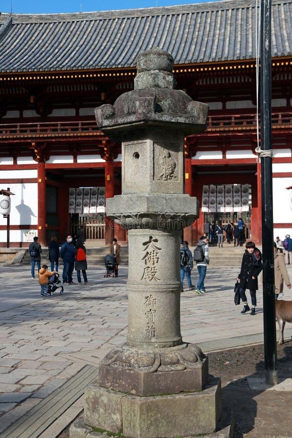 Lanterne en pierre devant la deuxième entrée en bois antique d'arcade du temple de Todaiji images stock