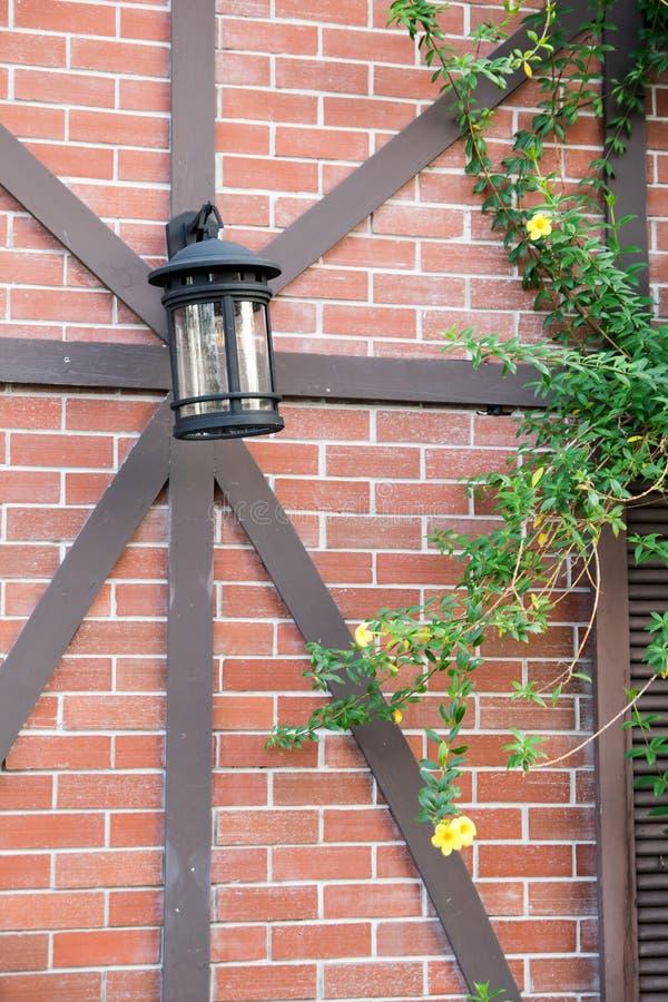 Lanterne en verre sur le mur de briques images libres de droits