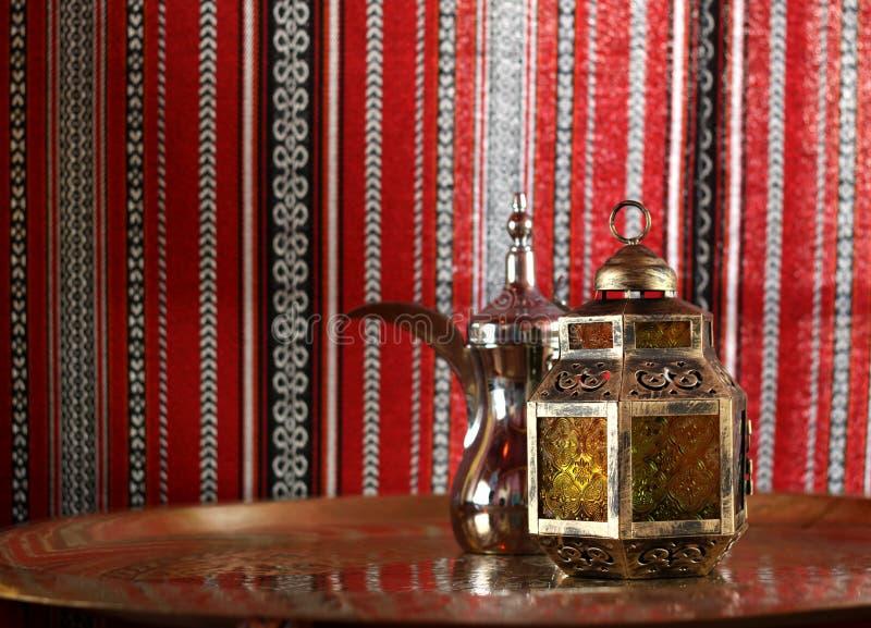 Lanterne et théière arabe photographie stock libre de droits