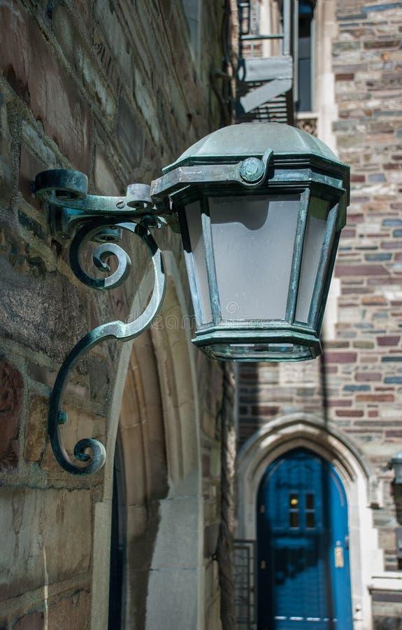 Lanterne ext?rieure de cru sur le mur de briques images stock