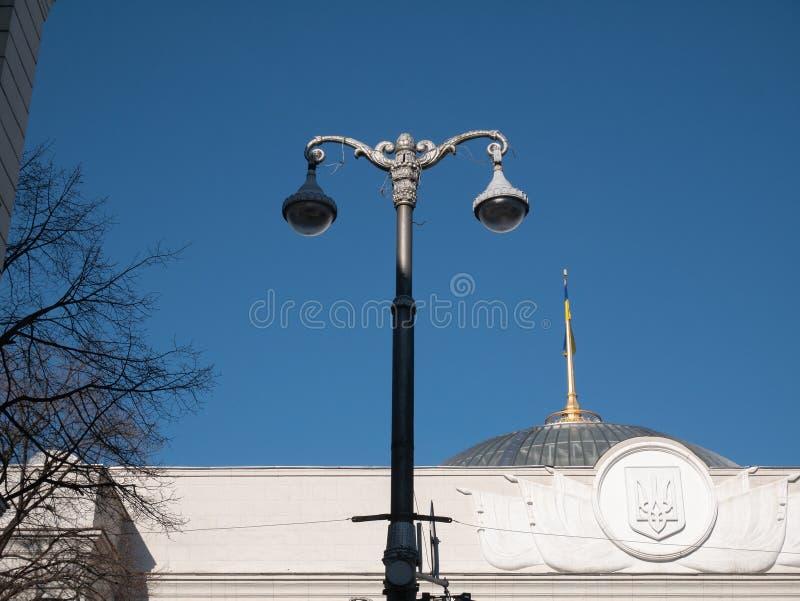 Lanterne grande de ville avec deux caméras de sécurité devant le bâtiment de gouvernement du parlement à Kiev - Verkhovna Rada, l photographie stock