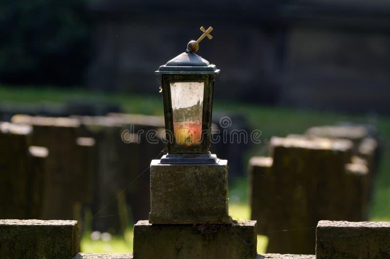 Lanterne grave sur un cimetière militaire image stock