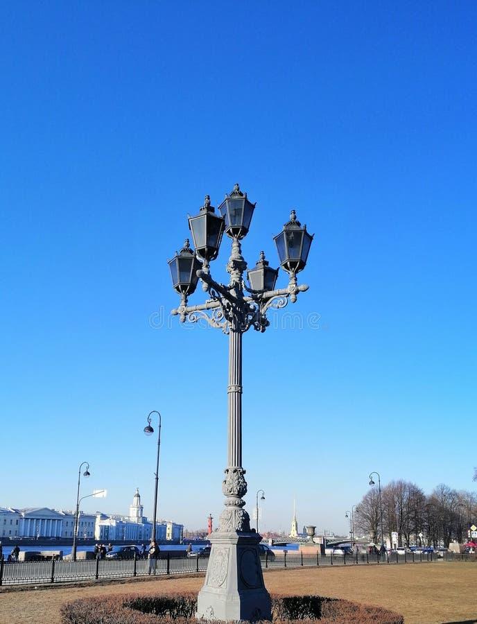 lanterne isolée sur le fond de la rivière photo stock
