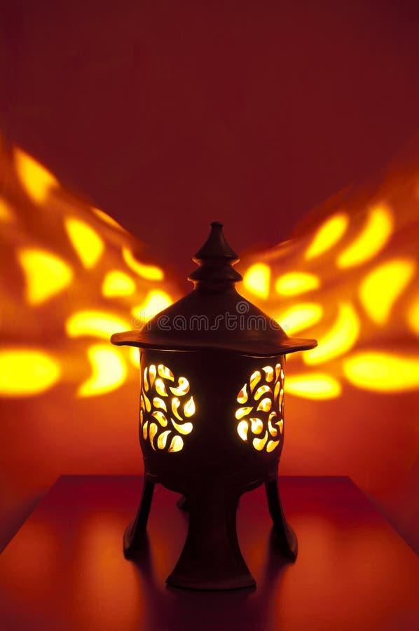 Lanterne japonaise traditionnelle avec la bougie à l'intérieur photographie stock libre de droits