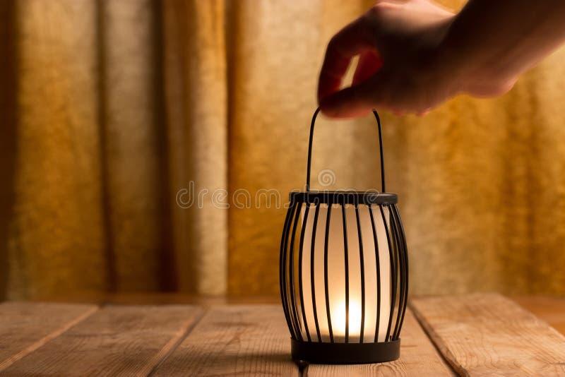Lanterne noire avec une bougie photo libre de droits
