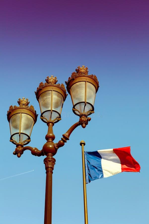 Lanterne parisienne et drapeau français image stock