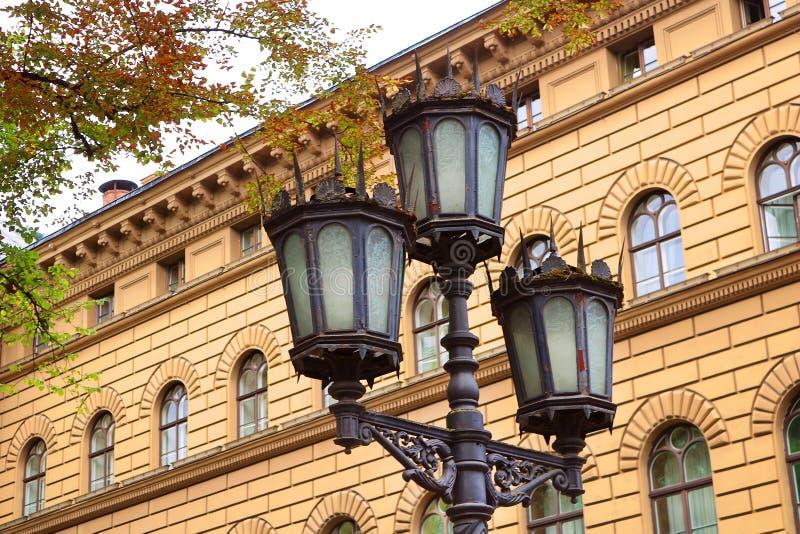 Lanterne près du bâtiment principal du Saeima - le parlement de la république de Létonie dans la vieille ville de Riga images libres de droits
