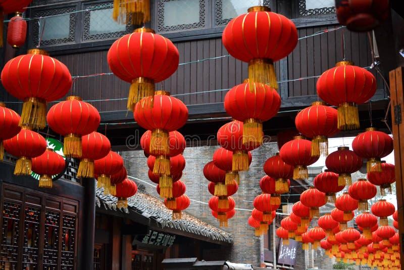 Lanterne rosse del cinese tradizionale in bella vecchia città di Chengdu, Sichuan, Cina fotografie stock