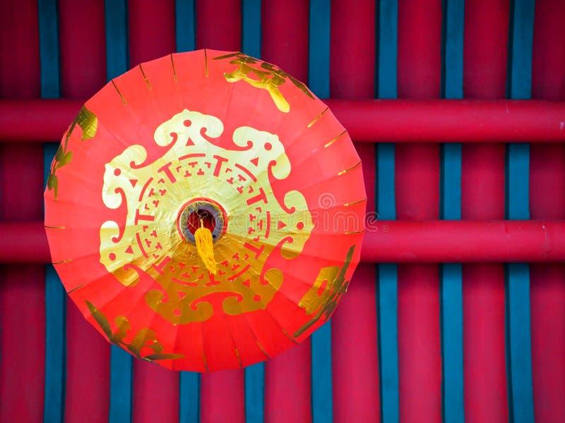 Lanterne rouge chinoise accrochant sur le toit, vue inférieure photos libres de droits