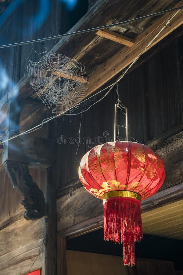 Lanterne rouge chinoise pendant d'un toit images libres de droits