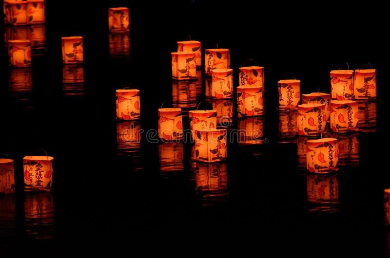 Lanterne sul fiume di Arashiyama, Kyoto Giappone fotografia stock