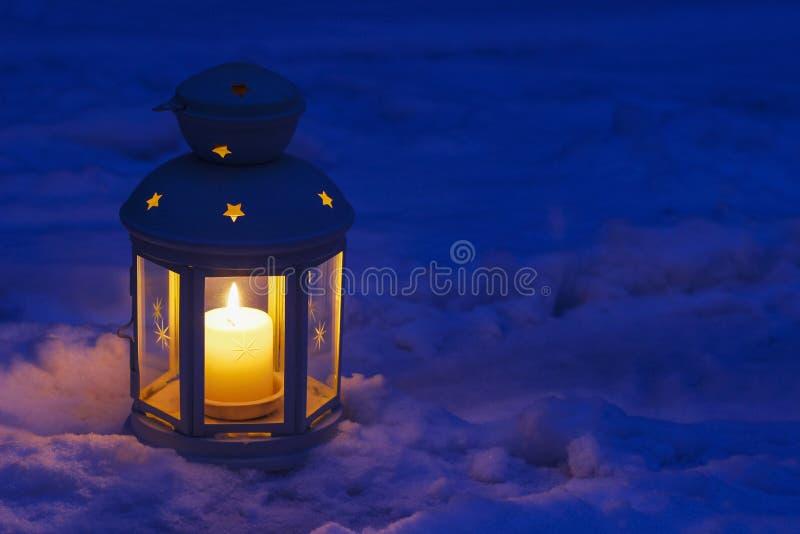 Lanterne sur la neige photo libre de droits