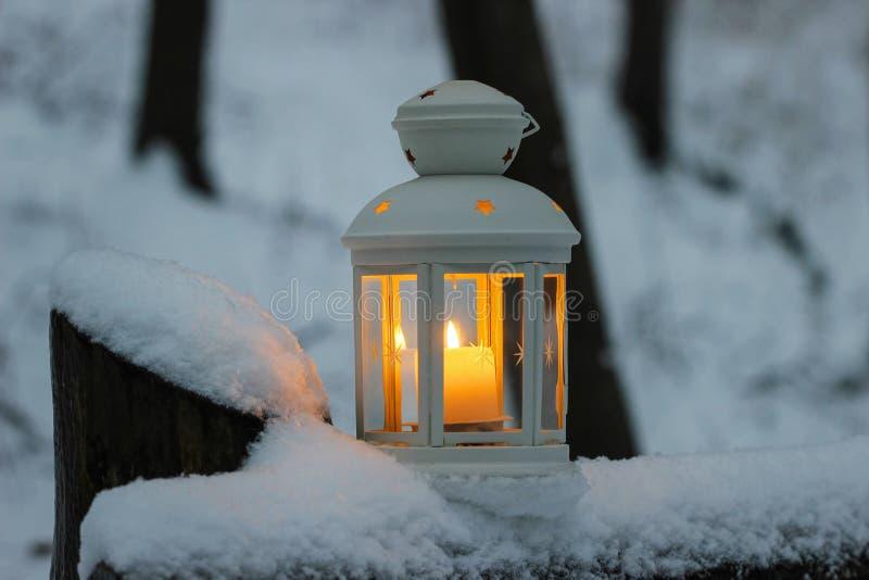 Lanterne sur la neige image libre de droits