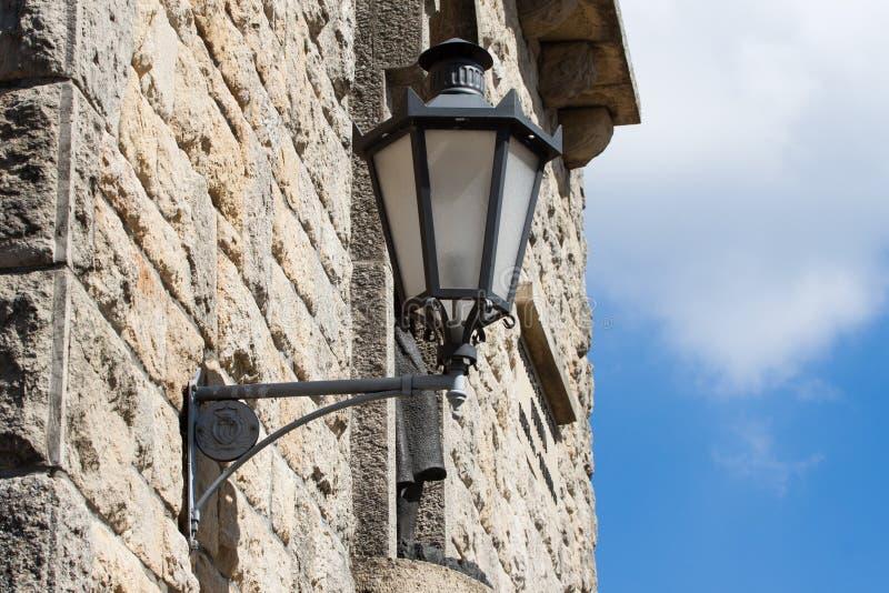 Lanterne sur le vieux mur au Saint-Marin image libre de droits