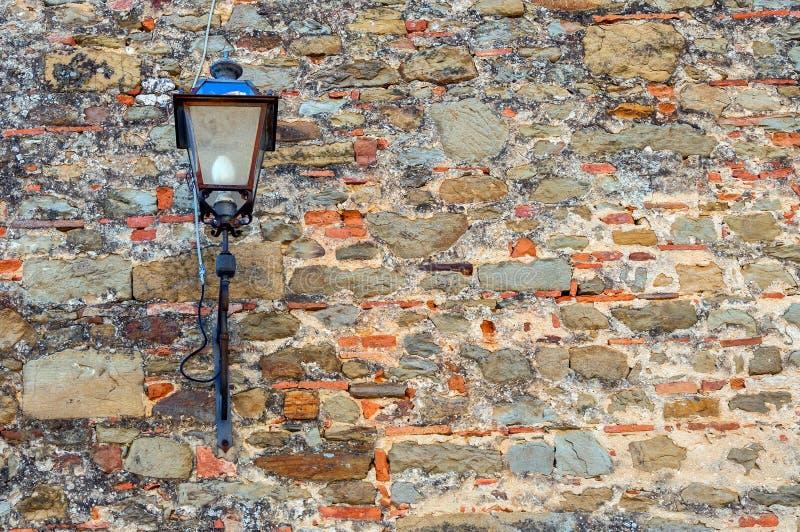 Lanterne sur un vieux mur image libre de droits