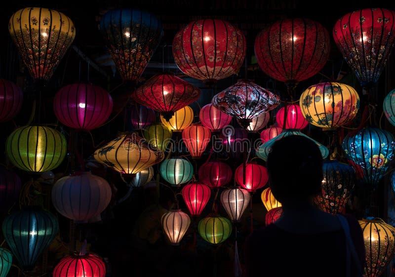 Lanterne variopinte alla via del mercato di Hoi An fotografie stock