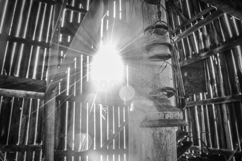 Lanternes accrochant dans une vieille grange de tabac images libres de droits