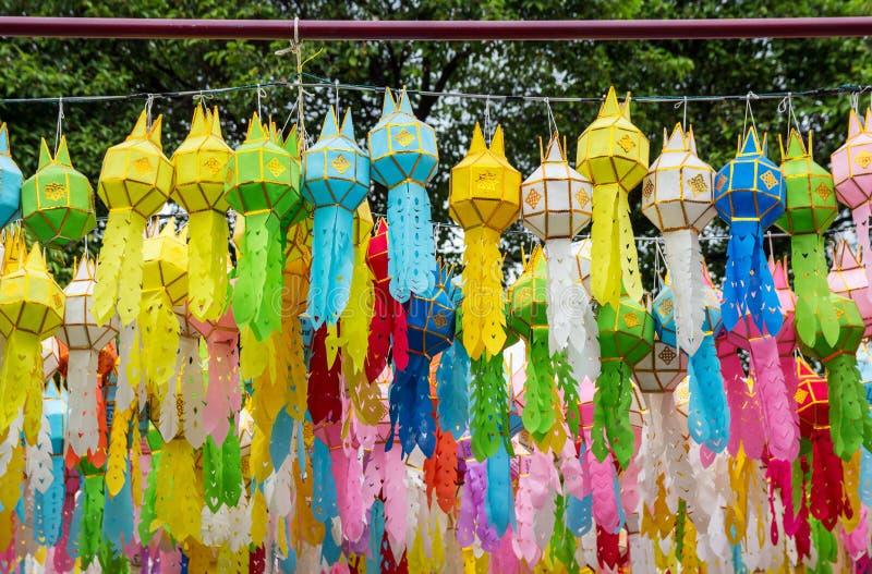 Lanternes accrochantes colorées s'allumant dans le festival loy de krathong photos stock