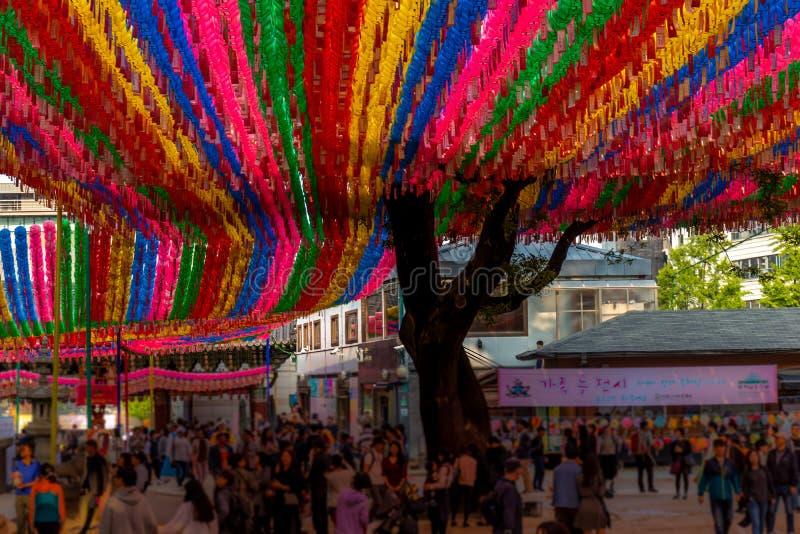 Lanternes asiatiques à un temple bouddhiste image libre de droits