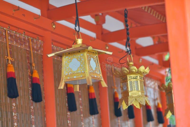 Lanternes au tombeau du ` s Itsukushima de Miyajima photographie stock