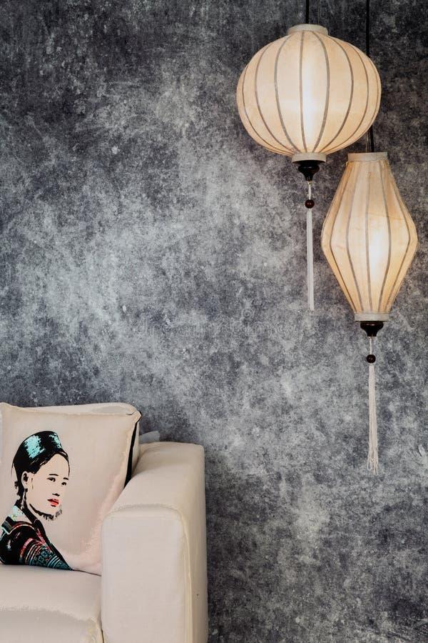 Lanternes blanches vietnamiennes ou chinoises, spheric et ovale, au-dessus du fond concret grunge de cru avec le sofa et le cru v photographie stock