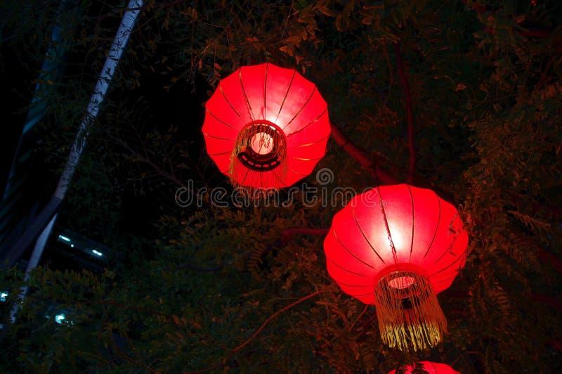 Lanternes chinoises la nuit pendant la nouvelle année lunaire photos stock