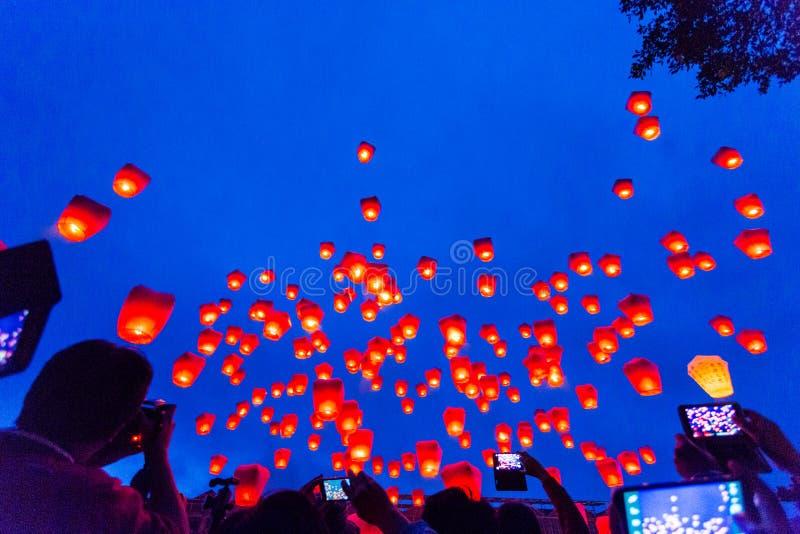 Lanternes chinoises volantes de ciel photos stock