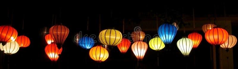 Lanternes culorful asiatiques traditionnelles sur le marché chinois photos stock