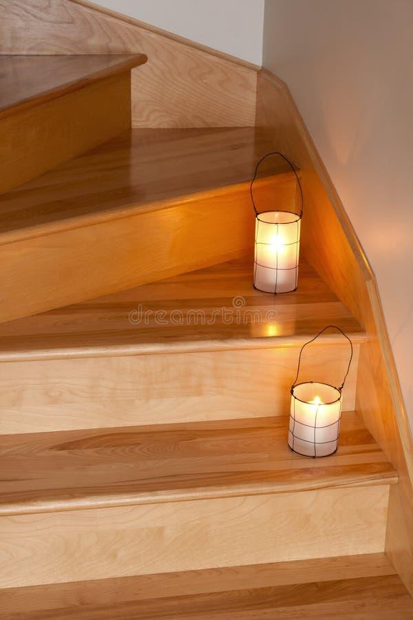 Lanternes décorant l'escalier en bois image libre de droits