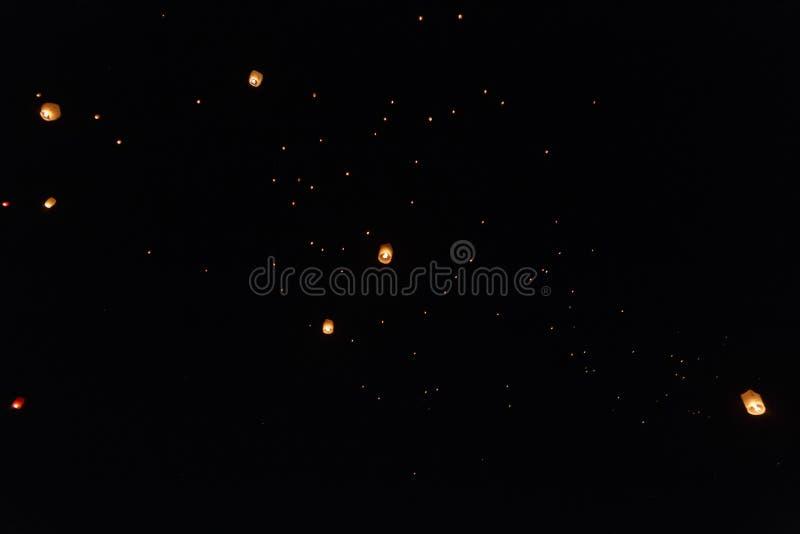 Lanternes de ciel volant au-dessus d'Avila images stock