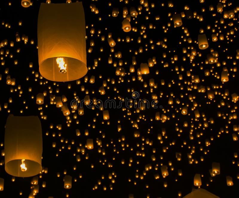 Lanternes de ciel, lanternes volantes, montgolfières en Loy Krathong Festival photographie stock libre de droits