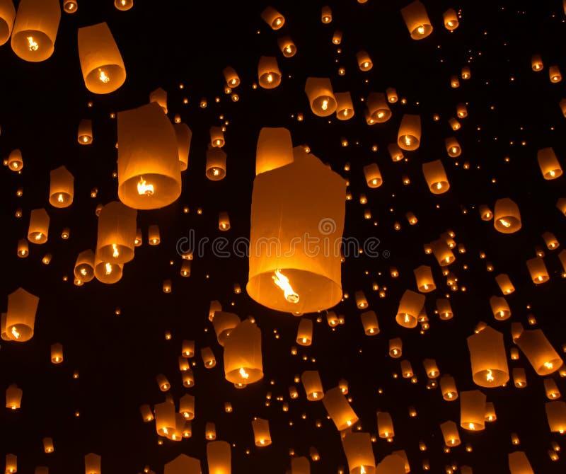 Lanternes de ciel, lanternes volantes, montgolfières en Loy Krathong Festival photos libres de droits