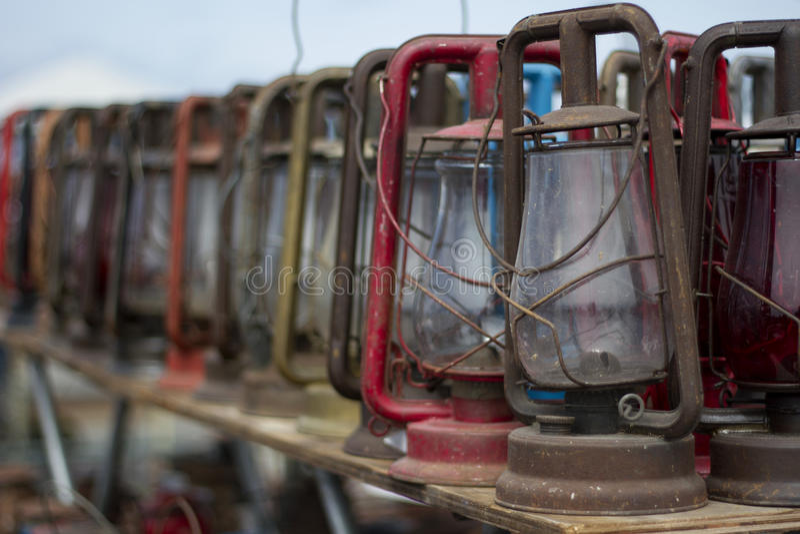 Lanternes de kérosène démodées rustiques images stock