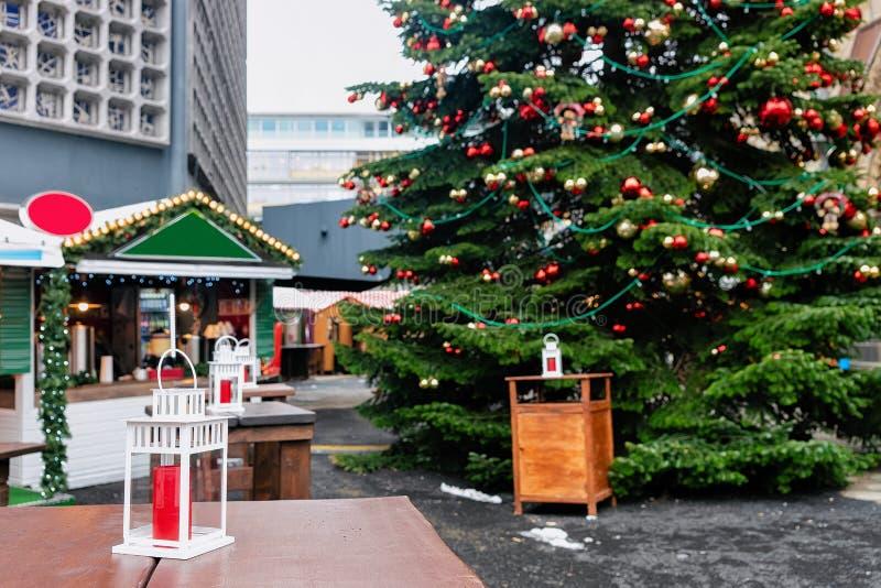 Lanternes de rue au marché de Noël chez Kaiser Wilhelm Memorial Church en hiver Berlin, Allemagne Advent Fair Decoration et stall photos libres de droits