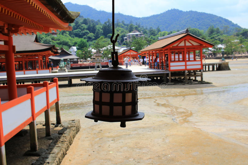 Lanternes de tombeau sur l'endroit de bord de la mer, tombeau d'Itukushima images libres de droits