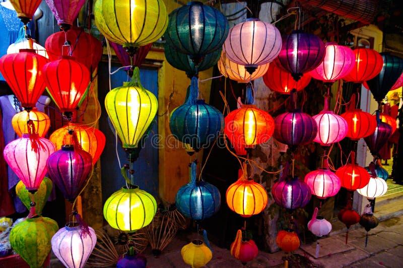 Lanternes en soie dans Hoi une ville, Vietnam photographie stock libre de droits