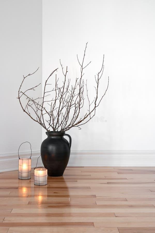 Lanternes et branchements d'arbre décorant une salle images stock