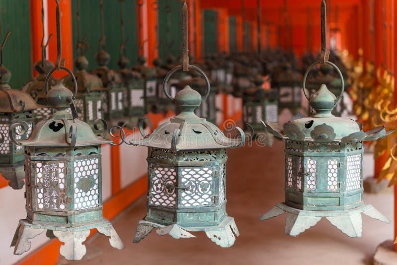 Lanternes fleuries au tombeau grand de Kasuga photos libres de droits