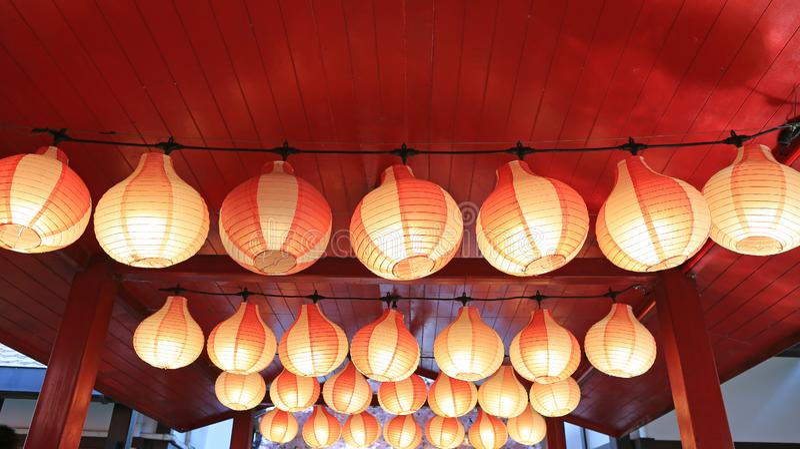 Lanternes japonaises d'Asiatique blanc rouge de papier dans rougeoyer de rangée images stock