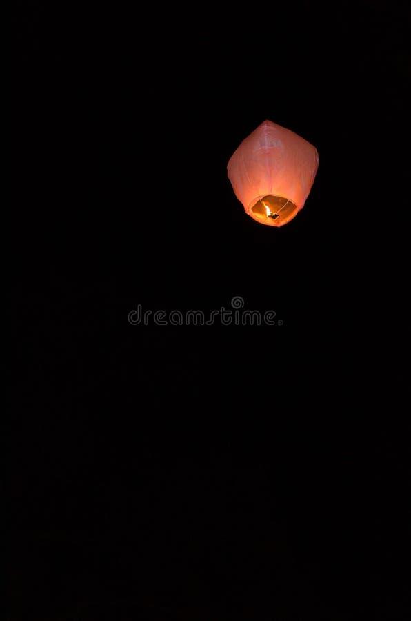 Lanternes légères de vol dans le ciel nocturne photographie stock libre de droits