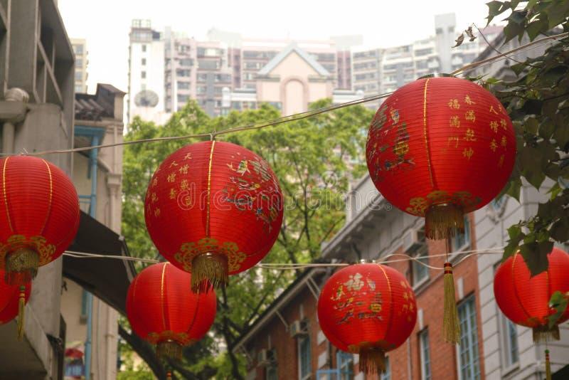 Lanternes rouges accrochant au-dessus de Hong Kong Street photographie stock libre de droits