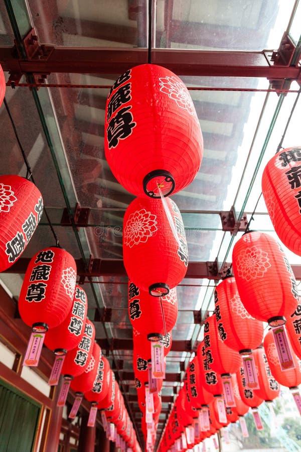 Lanternes rouges au temple chinois à Singapour photo stock