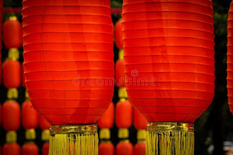 Lanternes rouges chinoises accrochant pendant la nouvelle année image libre de droits
