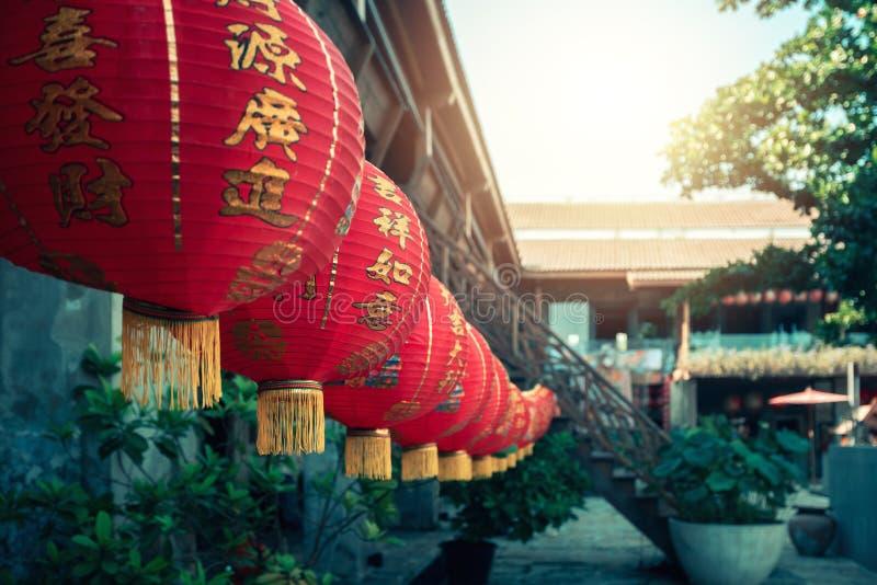 Lanternes rouges chinoises de nouvelle année accrochant contre Chinatown photo libre de droits