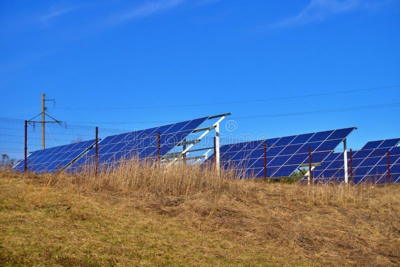 Lantgård för sol- energi med photovoltaic paneler royaltyfria bilder