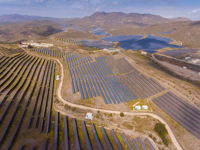 Lantgård för sol- energi Sikt för hög vinkel av solpaneler på en energi arkivbild