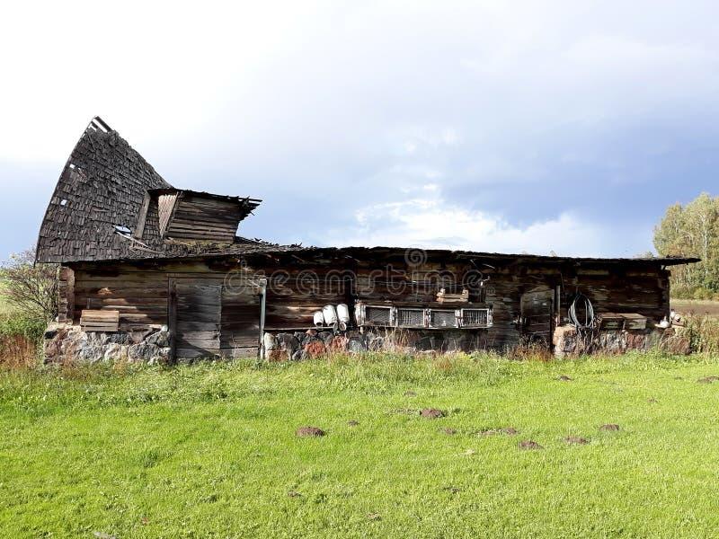 Lantgård för spring för forntida skadat tak för ladugårdladugård dålig fotografering för bildbyråer