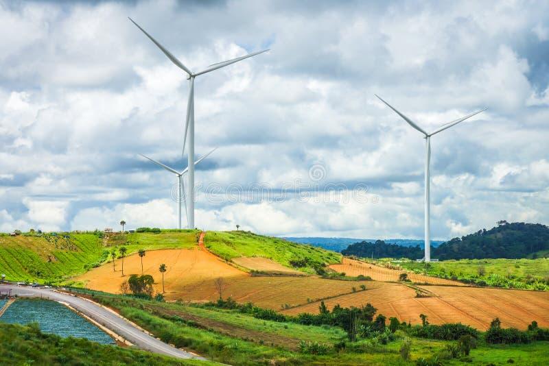 Lantgård för vindturbiner på kullen royaltyfri foto