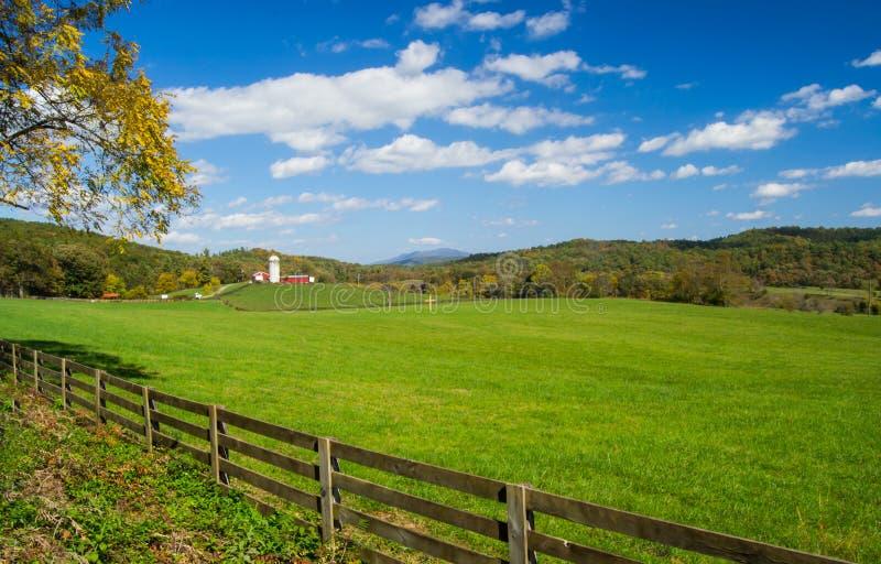 Lantgård på en härliga Autumn Day arkivfoto