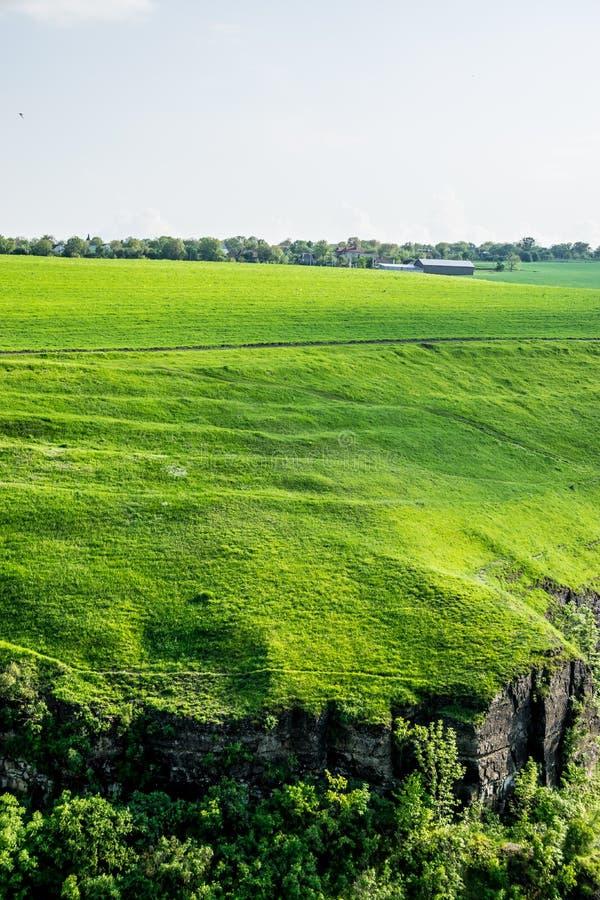 Lantgård på ett grönt fält arkivbilder